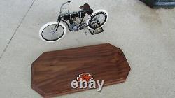 1903-04 Harley Davidson Moto Xonex Grand 16 Echelle Custom Bois Support 33cm